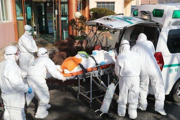Nhân viên y tế đưa một người tới bệnh viện ở Hàn Quốc. Ảnh: Yonhap