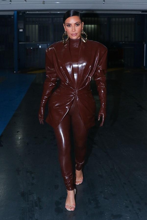Sau đó tiếp tục, Kim Kardashian thay sang bộ thứ hai màu nâu đậm có thiết kế y chang bộ đầu tiên