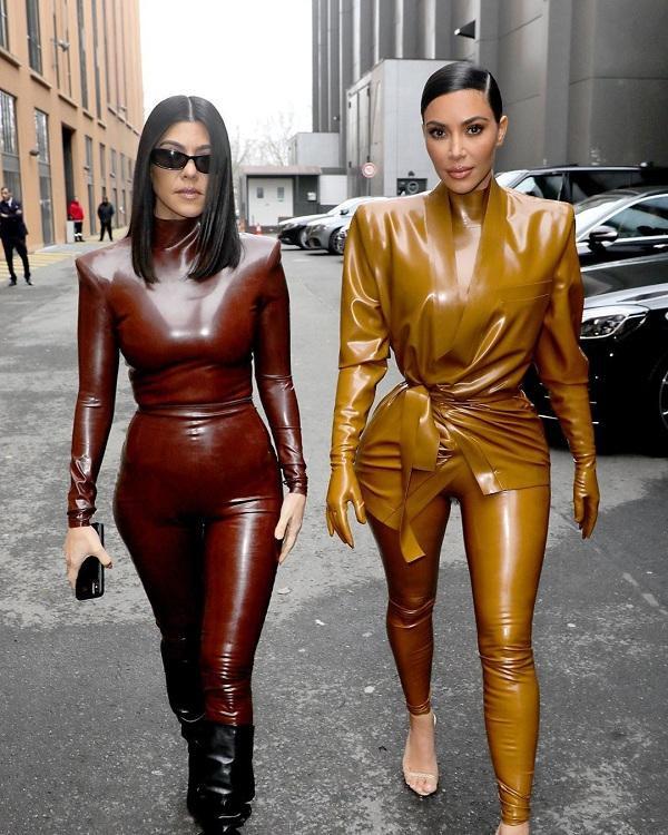 Kim Kardashian cùng chị gái Kourtney trong trang phục chất liệu latex xuất hiện tại Paris Fashion Week 2020 vừa qua
