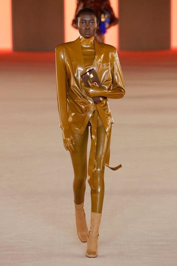 Thiết kế mà Kim mặc thuộc BST Balmain Thu đông 2020 mới được trình làng hôm 28/2