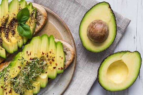 Nhờ công dụng của mình nên quả bơ luôn là lựa chọn quen thuộc trong thực đơn giảm cân, giữ dáng