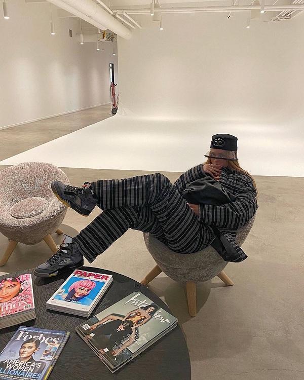 """Kylie Jenner trong hình ảnh mới nhất dù cách ly tại nhà nhưng cô vẫn rất """"trendy"""" khi diện nguyên cây đồ xám đội mũ Prada xách kèm túi """"Pouch Bag"""" đen"""