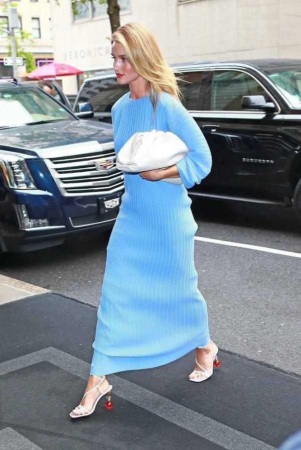 Siêu mẫu giàu nhất nước Anh Rosie Huntington-Whiteley rất mê dáng túi này, thậm chí cô có hẳn một bst kiểu túi Pouch bag này trong tủ đồ của mình để mix với từng loại trang phục