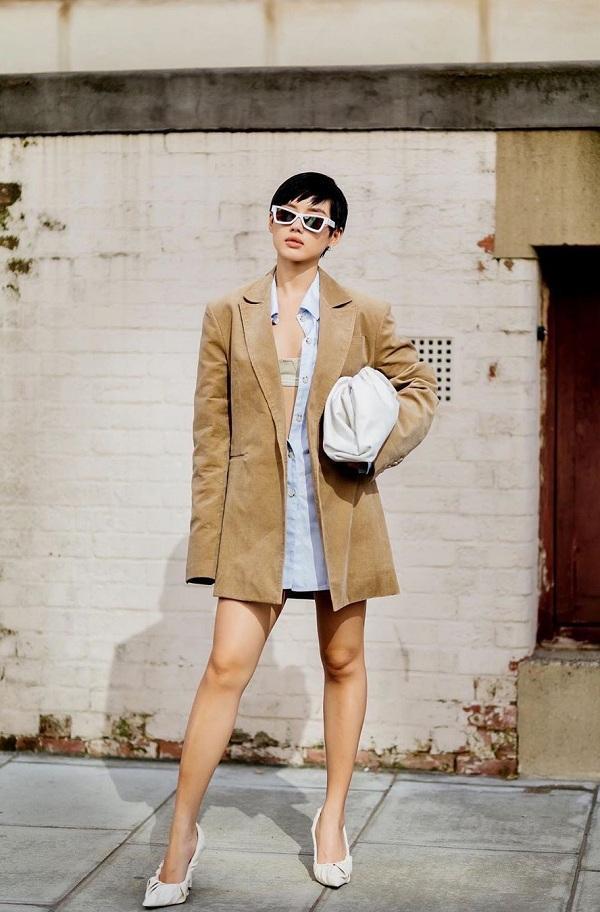 Tha Face Khánh Linh là fashionista Việt Nam cũng không kém cạnh Rosie khi cô nàng có đủ kiểu túi dây rút để mix với trang phục