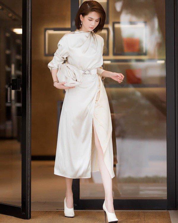 Ngọc Trinh cũng nhanh chóng bắt kịp trend khi tậu luôn một dáng túi dây rút màu trắng xuyệt tông cùng bộ váy của mình đi khi đi dạo phố