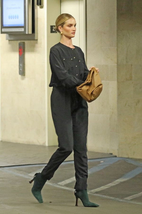 """Bạn gái của """"Người Vận Chuyển"""" có loạt dáng túi này với đủ màu sắc như màu trắng, màu be, màu nâu da bò, màu rêu v.v…"""