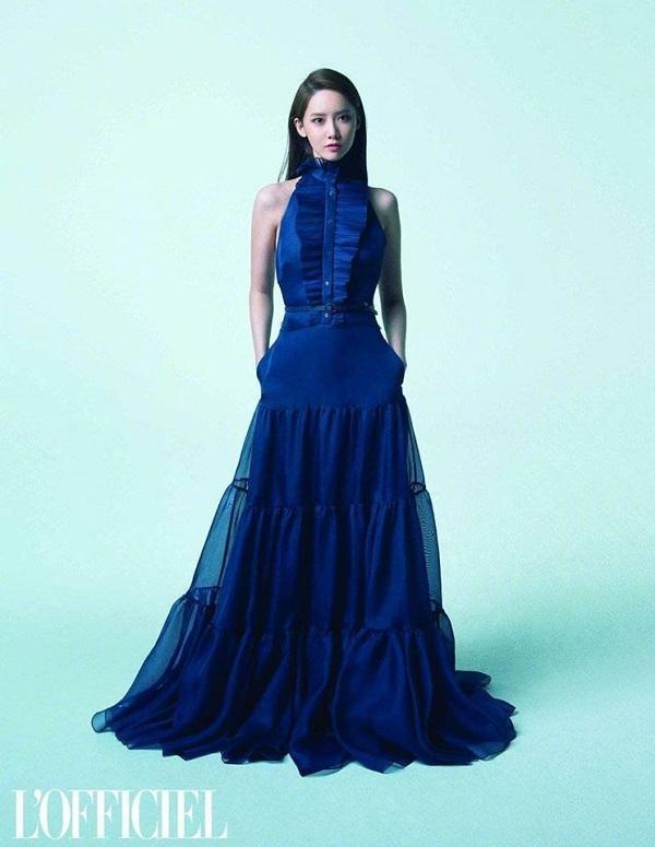 Người đẹp sinh năm 1991 sang trọng trong kiểu váy dạ hội màu xanh dương của Ralph Lauren có giá ngót nghét gần 113 triệu đồng
