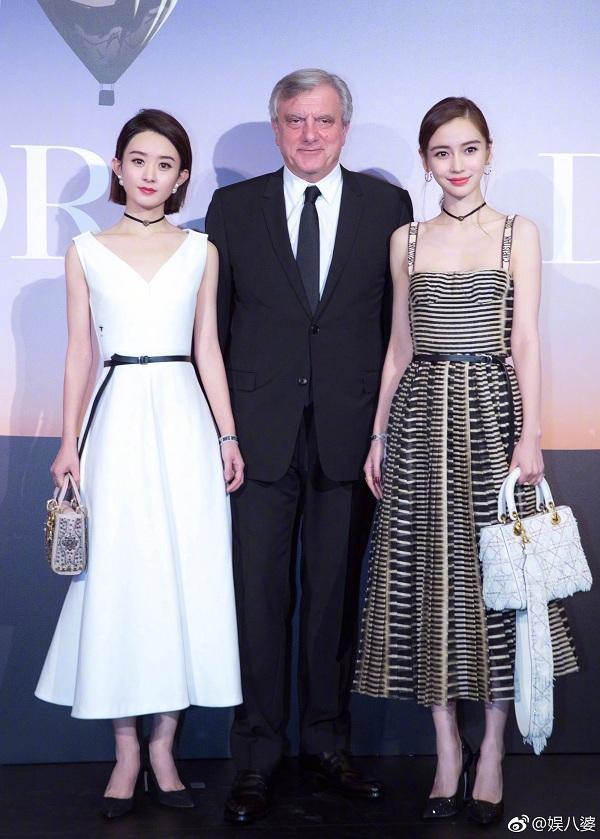 """Thậm chí, thần thái của hai gương mặt đai sứ thương hiệu của Dior khu vực Trung Quốc có thể thấy Angelababy """"nhỉnh"""" hơn so với Triệu Lệ Dĩnh khi góp mặt tại sự kiện"""