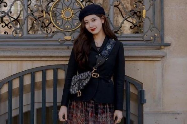 """""""Tình đầu quốc dân"""" Suzy cũng là gương mặt quen thuộc của hãng thời trang Pháp khi liên tục là khách mời VIP tham dự Paris Fashion Week mỗi mùa"""