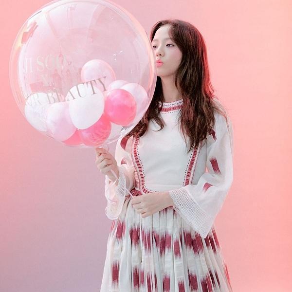 Chiến dịch quảng bá dành riêng cho thành viên Black Pink Jisoo X Dior Beauty thu hút cộng đồng làm đẹp, nhiều fans còn đoán rằng vẻ đẹp cùng khí chất của Jisoo sẽ sớm thay thế Suzy và trở thành đại sứ thương hiệu toàn cầu cho hãng