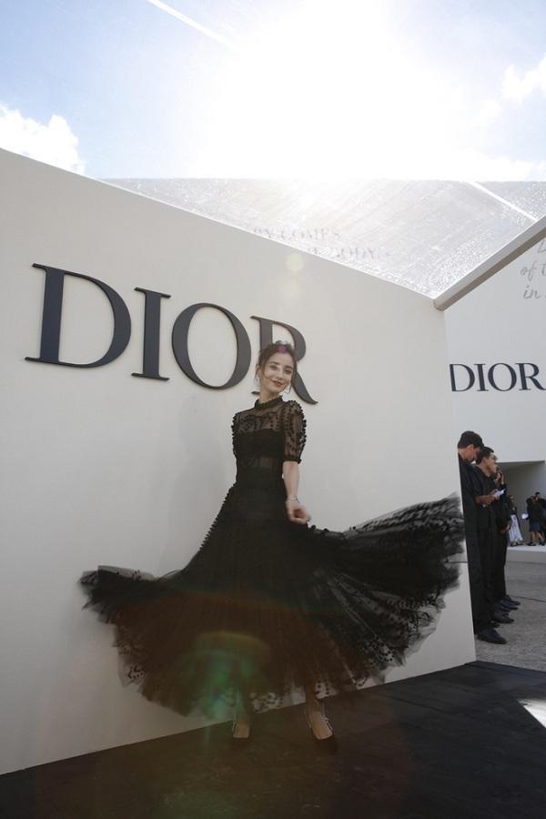 Hàng năm, Tuần lễ thời trang Paris nào cũng có sự xuất hiện của Angelababy trước thềm show diễn của Dior chỉ riêng năm nay là cô không tham gia vì dịch Covid-19