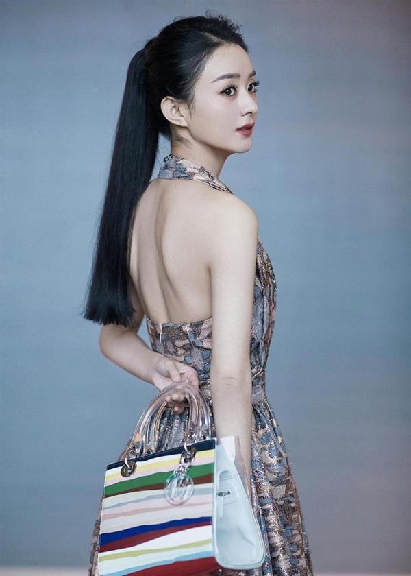 Lên đồ tham dự cho một sự kiện triển lãm dòng túi Dior Lady Art diễn ra tại Thượng Hải vào tháng 11 năm ngoái, Triệu Lệ Dĩnh được các fans ngỡ ngàng
