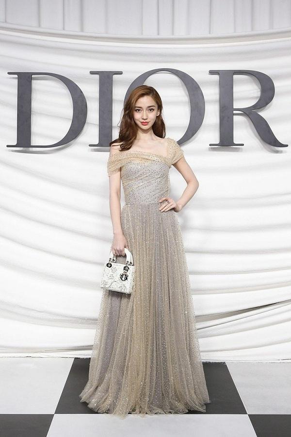 Angelababy là mẫu đại diện cho nhà mốt Dior từ nhiều năm nay bởi nhan sắc xinh đẹp, thanh thoát