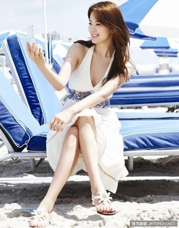 """Vóc dáng nhỏ con nhưng mỹ nhân Hàn sở hữu vòng một vô cùng """"khủng"""" nhưng cô rất biết cách tiết chế khi diện các kiểu váy xẻ ngực sao trông tinh tế nhất"""