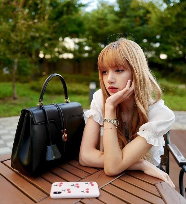 """Hồi đầu năm 2019 , Lisa hợp tác với Celine, đồng thời cô cũng được xác nhận là """"nàng thơ mới"""" tại Hàn Quốc của thương hiệu thời trang nổi tiếng này."""