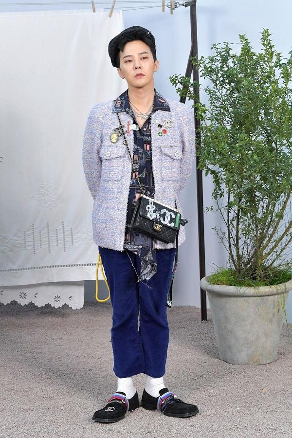 """Trước hay sau khi đi nghĩa vụ quân sự, G-Dragon vẫn giữ độ """"nóng"""" cho tên tuổi của mình. Tại Tuần lễ Haute Couture Paris Fashion Week năm nay, trưởng nhóm Big Bang G-Dragon thu hút cánh truyền thông trước thềm show Xuân Hè 2020 của Chanel ngày 21/1 vừa qua."""