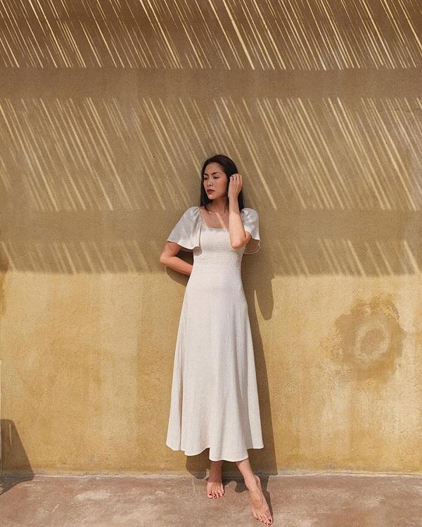 Đôi khi, mỹ nhân Việt cũng thay đổi phong cách với những thiết kế váy nữ tính khi đi du lịch tại các bờ biển