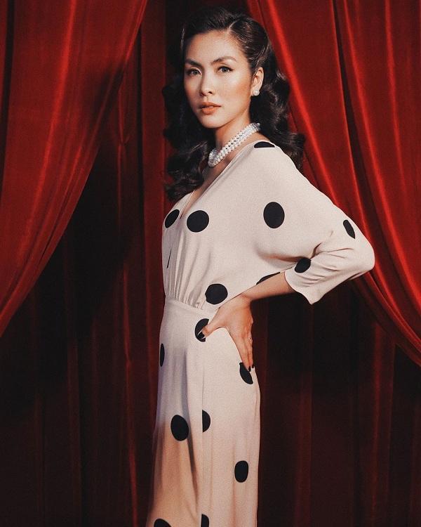 Khi tham dự một show thời trang, Hà Tăng khiến ai cũng phải trầm trồ bởi nhan sắc của mình. Co diện kiểu váy trắng dài chấm bi đen cùng kiểu tóc xoăn lọn cổ điển