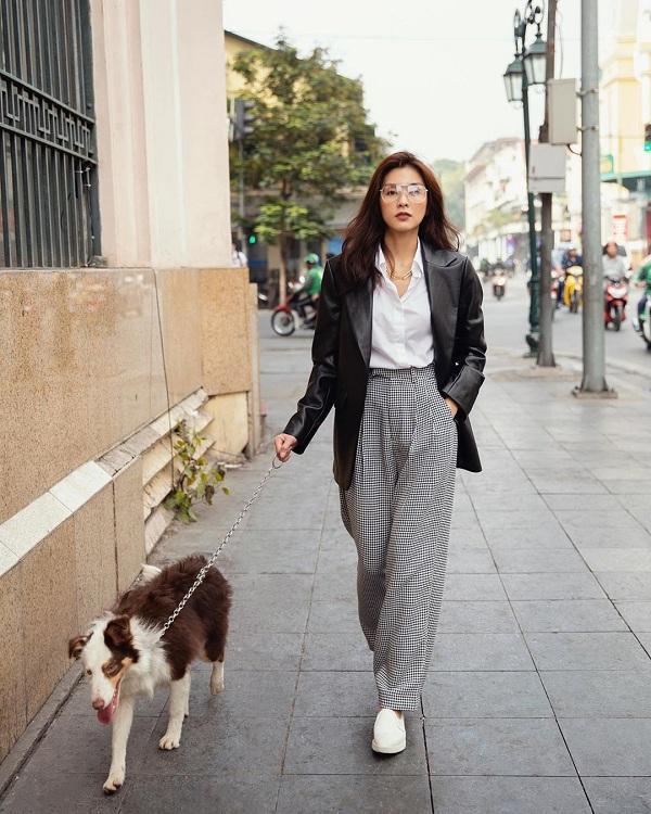 Dạo phố với chú cún, Hà Tăng nổi bật với áo sơ mi trắng mix quần sọc ca rô cùng chiếc áo khoác blazer đen ngoài