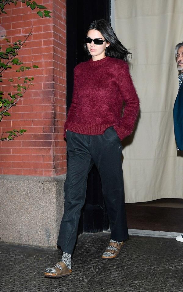 Chân dài triệu đô Kendall Jenner còn mix vớ khi mang cùng đôi giày sandals hầm hố cá tính như này khi ra phố
