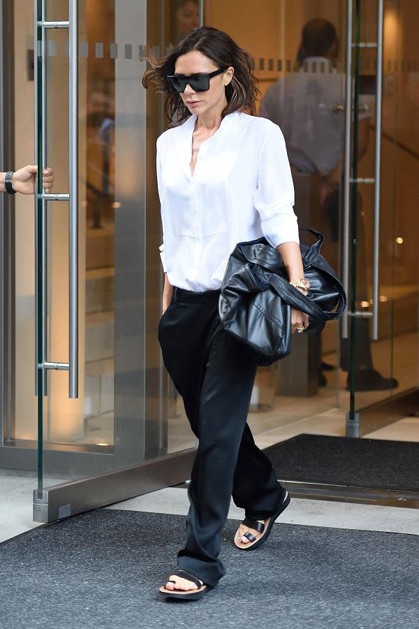 Victoria Beckham chọn kiểu giày xỏ ngón chunky sandals đế phẳng để mix trang phục đi làm hàng ngày của mình