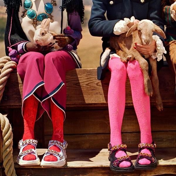 Được biết giày sandals này đã phủ sóng khắp sàn diễn thời trang quốc tế từ cuối năm 2019, thiết kế giày này còn có tên gọi Dad sandals hay Chunky sandals