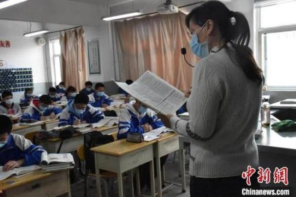 Việc cho học sinh cuối cấp quay trở lại trường nhằm giúp các em chuẩn bị tốt nhất cho kỳ thi đại học sắp tới