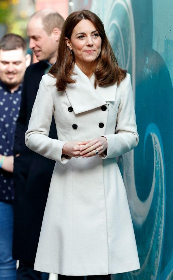 Kiểu áo trench coat màu trắng này được Kate mặc đi mặc lại rất nhiều lần, lúc xuất hiện trên phố tại đất nước Ireland. Bà mẹ ba con cũng diện lại bộ cánh này với gương mặt được makeup nhẹ nhàng và kiểu tóc buông xõa yêu kiều