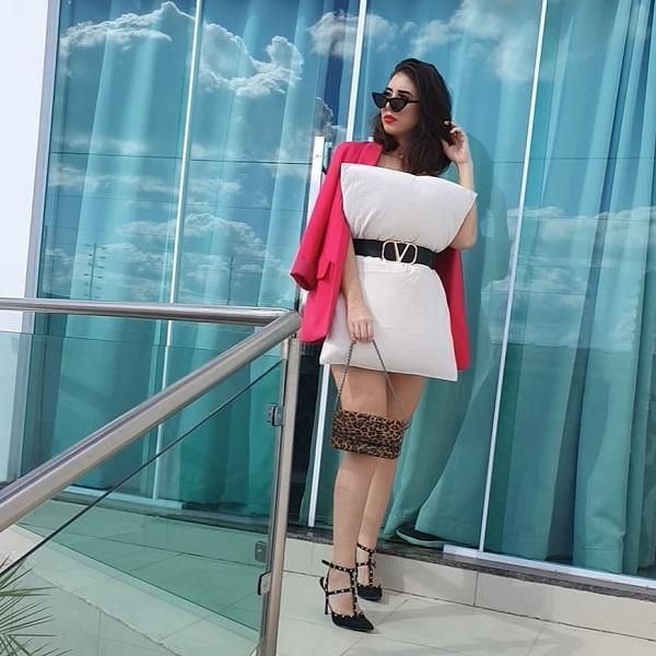 Thậm chí nhiều người đẹp còn mix giày cao gót, túi xách và mắt kiếng chung với style lấy gối làm váy lạ mắt này