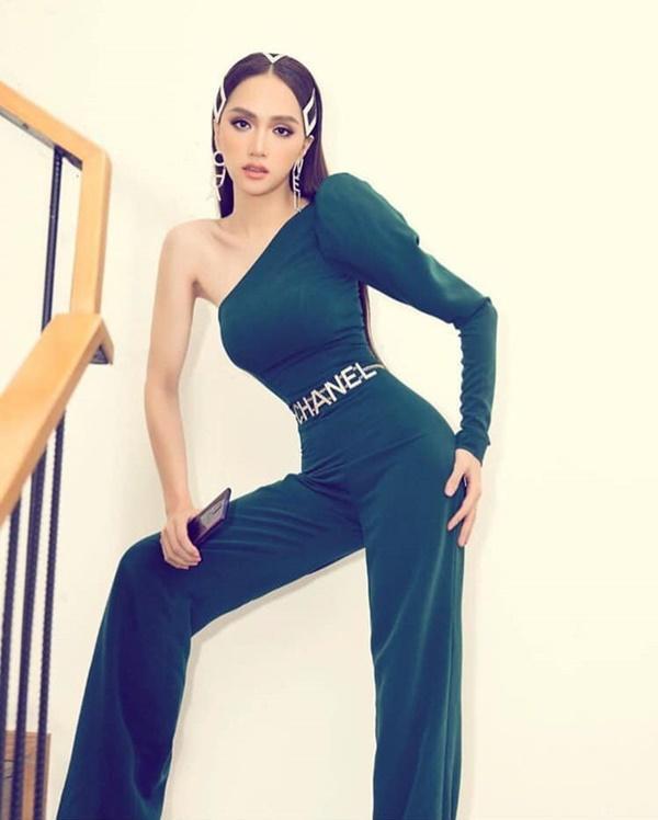 Vừa khoe được vòng eo trứ danh vừaxây dựng phong cách thời trang gợi cảm nhưng không hở hang của Hương Giang được người hâm mộ đánh giá cao.