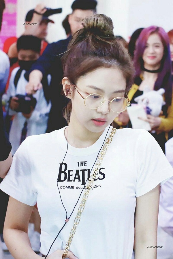 """Thậm chí trang phục sân bay của """"thánh sống Chanel"""" cũng không quên đeo kiểu kính trong suốt đáng yêu này"""