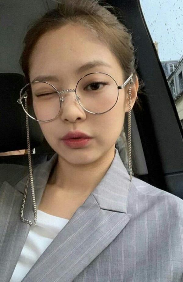 Jennie Black Pink cực kì mê mẩn các dạng kính đeo cho vui này, người đẹp thường xuyên selfie với kiểu kiếng giả cận