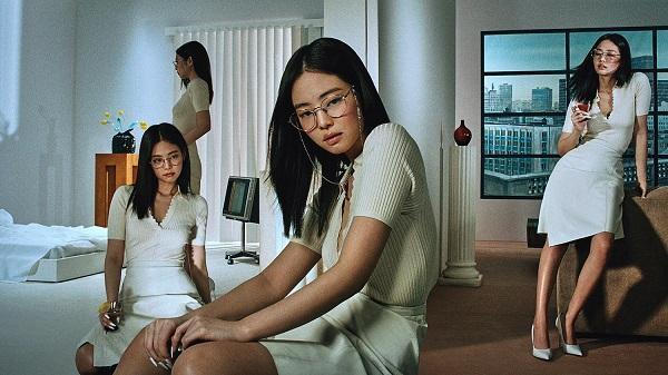 """Kể cả trong BST mắt kính mới nhất của Jennie hợp tác cùng với một thương hiệu, cô nàng cũng """"lăng xê"""" mốt kính dễ hợp với mọi loại trang phục này"""