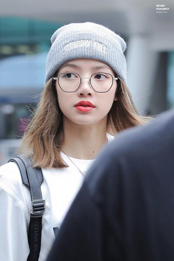 Thời trang sân bay nhí nhảnh, đáng yêu vô đối khi Lisa đội mũ bean kết hợp với kiểu kính giả cận không tròng