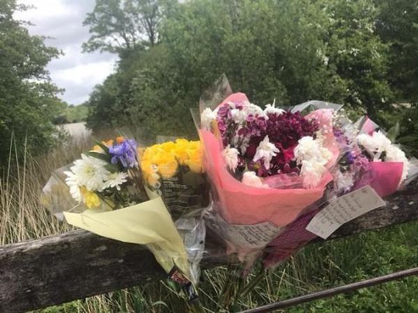 Những bó hoa tưởng niệm trong Công viên Dunorlan – Nơi thi thể Matthew được tìm thấy.