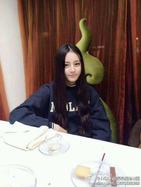 Địch Lệ Nhiệt Ba vốn có gương mặt xinh đẹp từ bé , thưở còn học đại học cô nàng cũng đã rất nổi bật với nhan sắc của mình