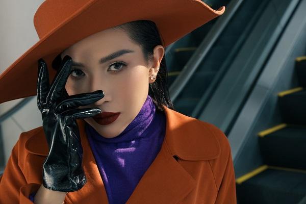Tone makeup đậm cùng màu son đỏ sẫm trông nữ diễn viên triển vọng của showbiz Việt càng thu hút hơn