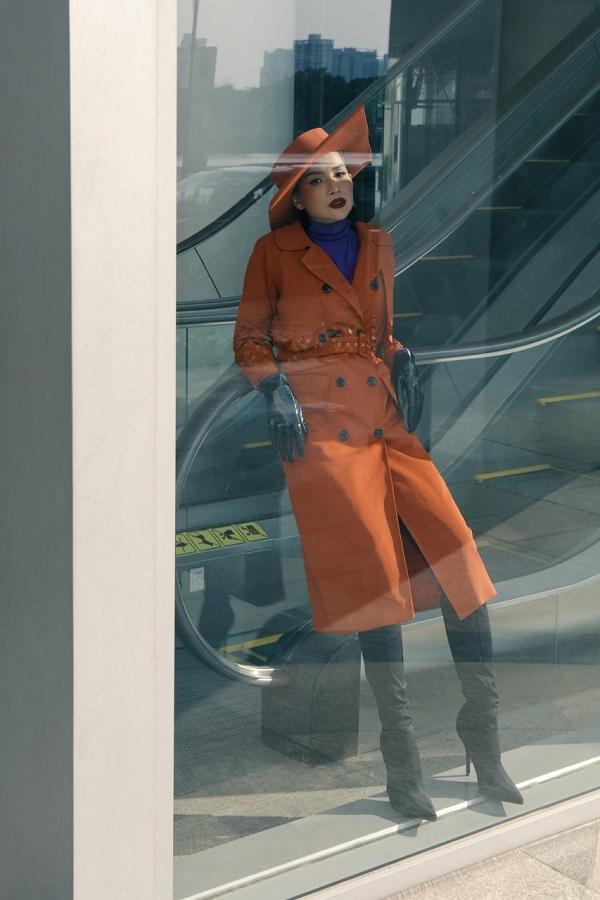 Người đẹp chọn tông màu mũ và áo măng tô xuyệt tông với gam màu nâu da bò, bên trong là áo cổ lọ tím lịm