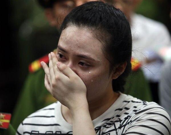 Trái lại, Ngọc Miu không kìm được nước mắt khi bị VKS đề nghị mức án 20 năm tù. Ảnh: VNE
