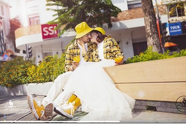 Cô dâu Việt 65 tuổi hé lộ ảnh cưới chất như nước cất với chồng Tây 24 tuổi ảnh 2