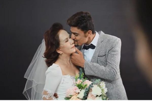 Cô dâu Việt 65 tuổi hé lộ ảnh cưới chất như nước cất với chồng Tây 24 tuổi ảnh 0