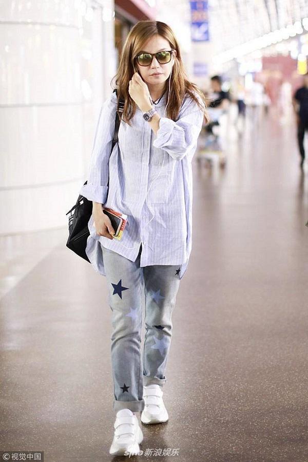 Áo sơ mi rộng thùng thình mix với jeans và giày thể thao là trang phục thường thấy nhất ở nữ diễn viên 44 tuổi