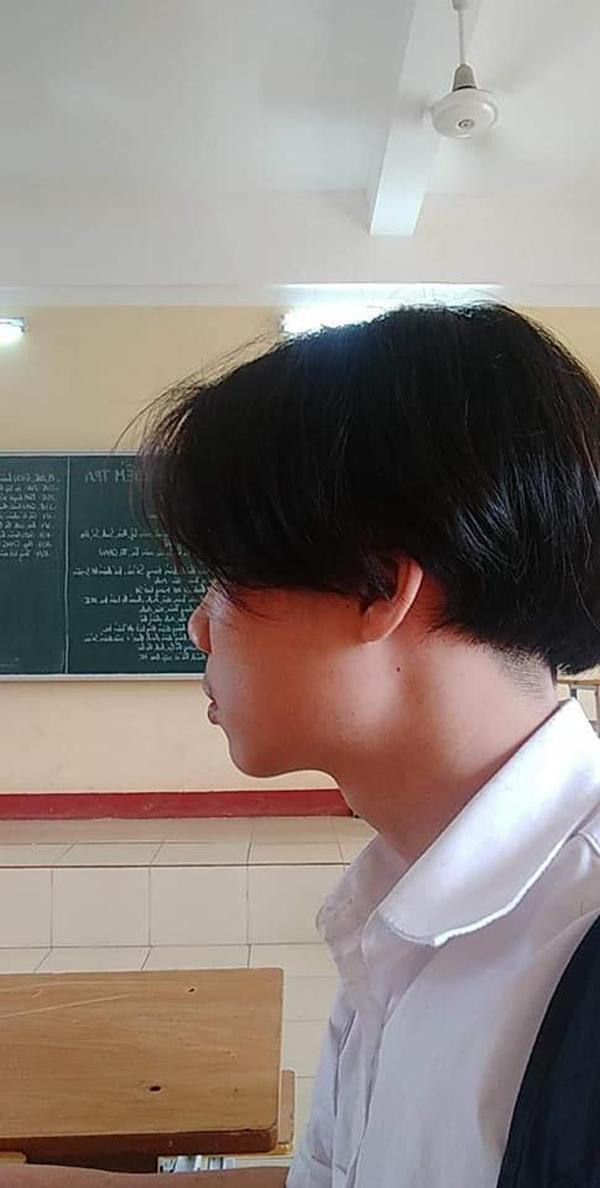 Việc anh chàng để tóc dài được cho là không phù hợp với hình ảnh của một học sinh