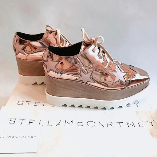 Hay giày gót cao, tông màu ánh kim của Stella Mc Cartney.