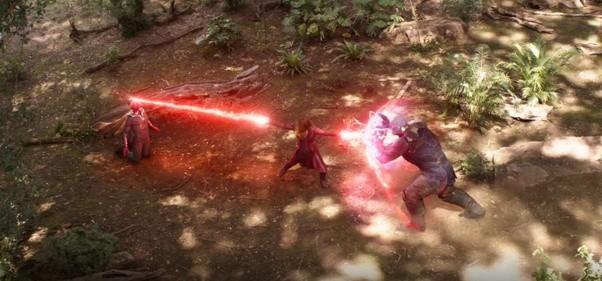 Scarlet Witch giữ chân Thanos với 5 viên đá vô cực, cùng lúc đó phá hủy viên đá trên trán Vision.