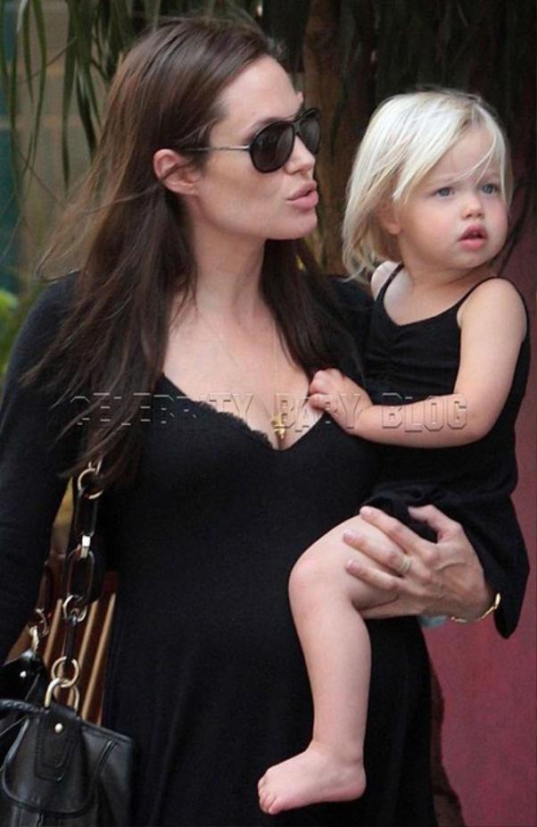 Khi còn nhỏ Shiloh Jolie Pitt vẫn được mẹ mặc cho những chiếc váy đầm và để tóc dài