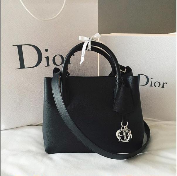Và chắc chắn không thể thiếu những chiếc túi đắt giá của Dior…