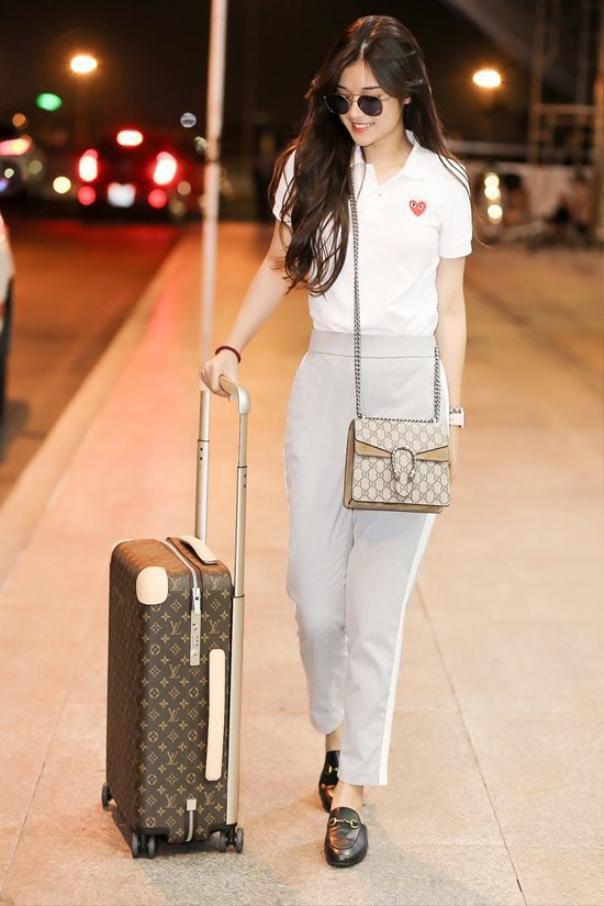 Nữ ca sĩ từng xuất hiện tại sân bay với set đồ hàng hiệu cùng loạt phụ kiện từ nhiều thương hiệu danh giá thế giới như Gucci, Louis Vuitton…