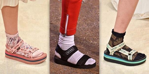 Thiết kế quai giày thoải mái cho phép người mang thay đổi kích cỡ sao cho vừa với cổ chân và bàn chân từ đế cao thô ăn gian chiều cao cho đến loại đế phẳng lì