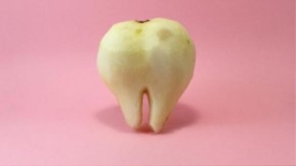 Chiếc răng bự làm từ trái lê.
